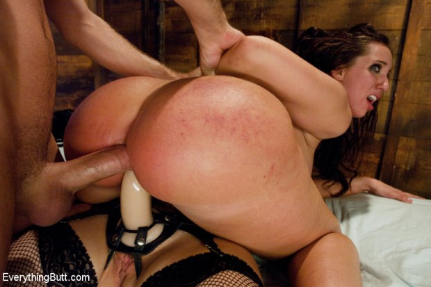 Kelly Divine invites her friends to have fun with her ass